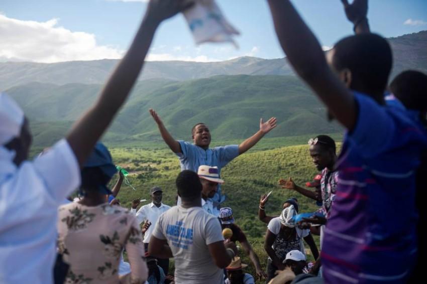 مسلحين خطفوا قساً و3 آخرين خلال مراسم كنسية في هايتي - EPA.