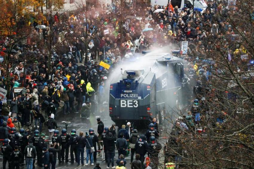 مظاهرة حاشدة سابقة في ألمانيا ضد تدابير كورونا. (رويترز)