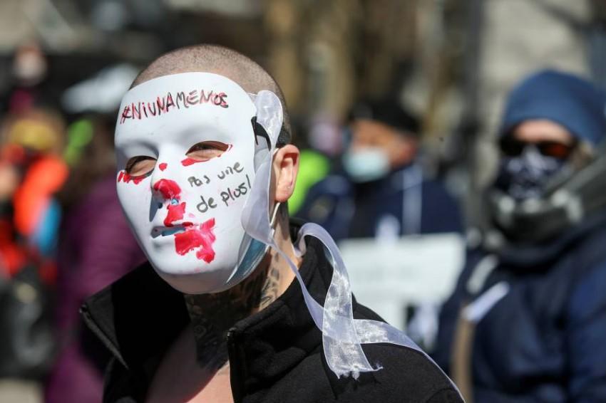 أحد المتظاهرين في مونتريال. (رويترز)