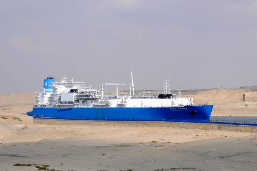 سفينة تعبر القناة بعد تعويم «إيفر جيفن». (رويترز)