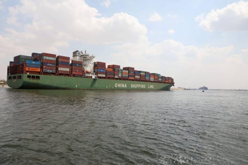 إحدى الحاويات تعبر القناة بعد انفراج الأزمة. (رويترز)