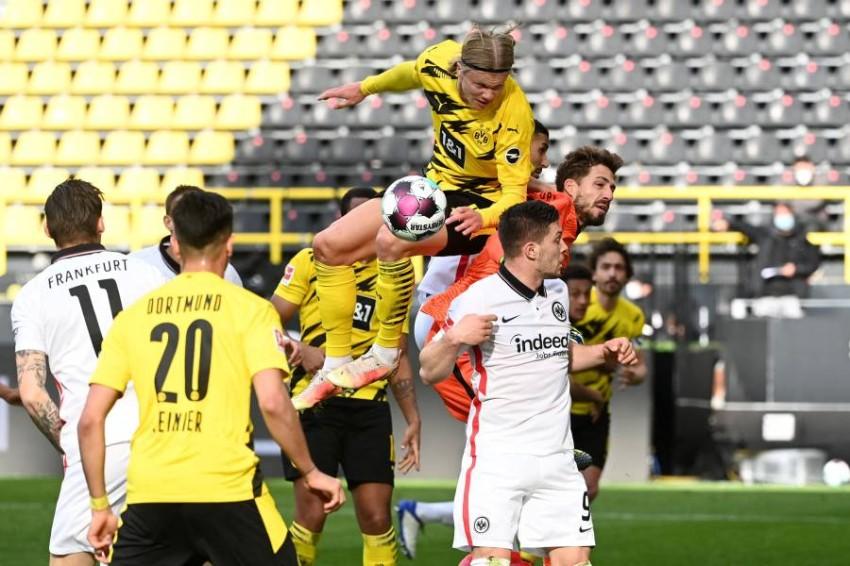 من مباراة دورتموند وفرانكفورت. (أ ف ب)
