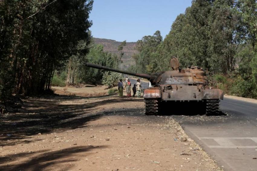 دبابة محترقة في إحدى مناطق تيغراي. (رويترز)