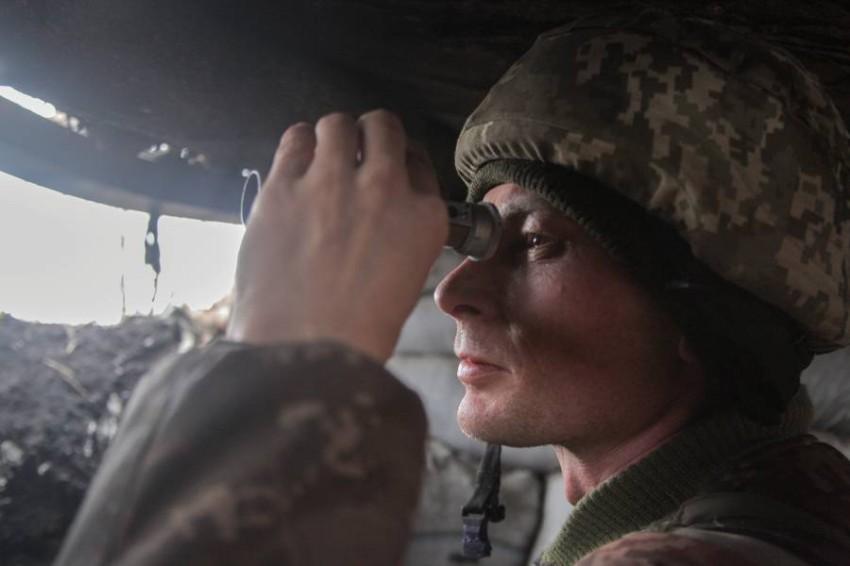 جندي مراقبة في الجيش الأوكراني. (رويترز)