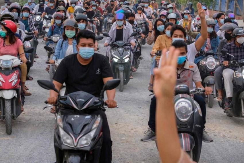 متظاهرون بالدراجات النارية ضد الانقلاب العسكري. (أ ف ب)