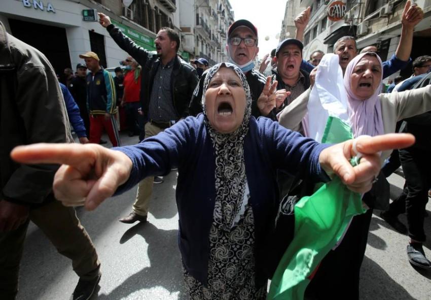متظاهرة تطالب بتغيير سياسي في الجزائر. (رويترز)
