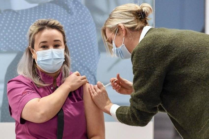 ممرضة تتلقى اللقاح في هولندا. (أ ب)