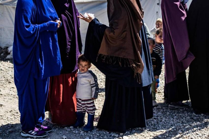 نساء في مخيم روج الذي يضم عائلات داعش. (أ ف ب)