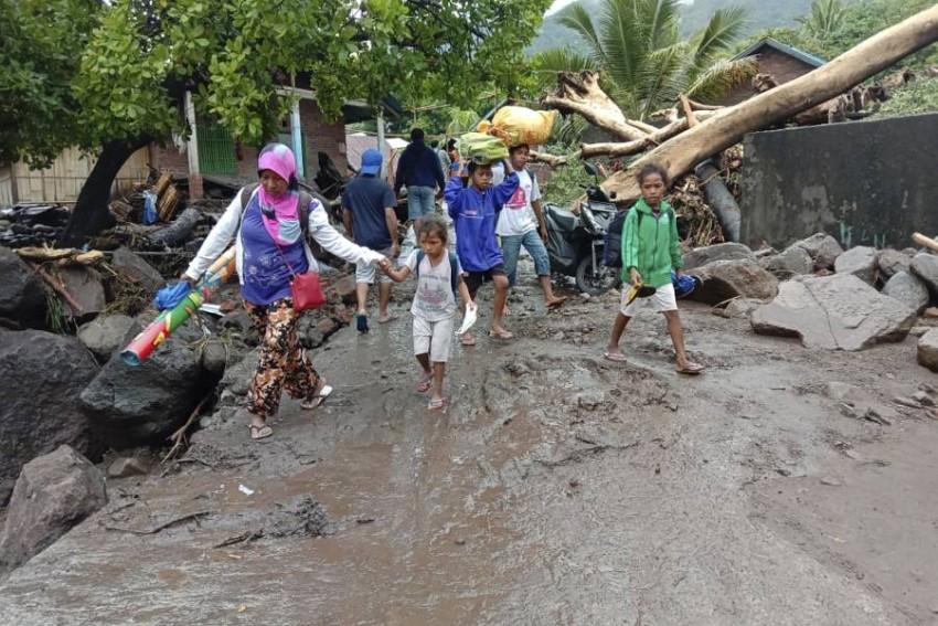 تم إجلاء أكثر من 400 شخص كما تأثر آلاف بالطقس السيء - رويترز.