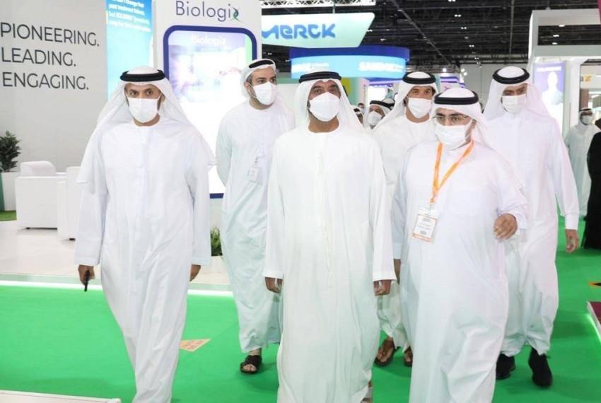 أحمد بن سعيد خلال افتتاحه معرض دوفات. (وام)
