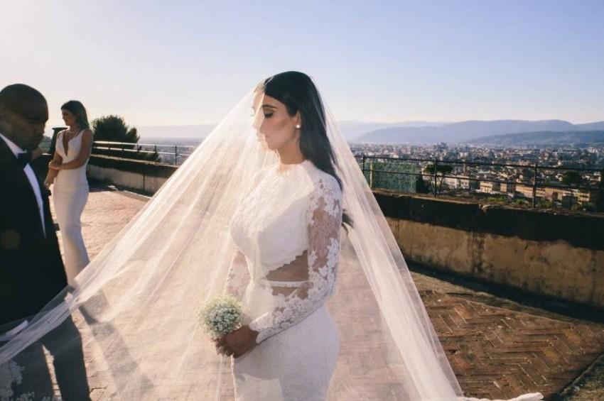 فستان كيم كاردشيان من توقيع جيفنشي