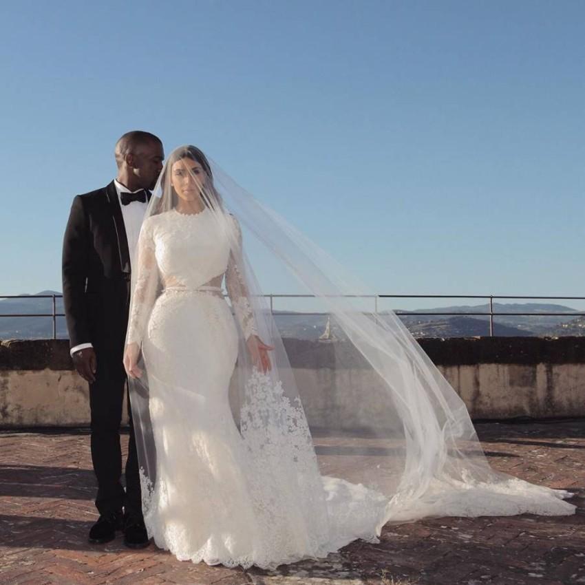 فستان زفاف كيم كاردشيان الأغلى في تاريخ زيجاتها