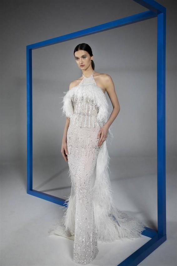 الفستان الأبيض مع الريش