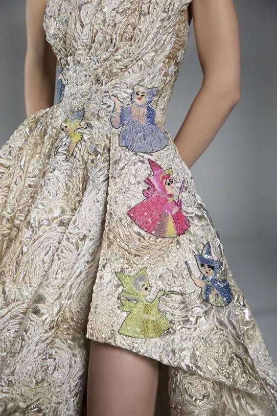 الفستان مع رسومات السندريلا البارزة