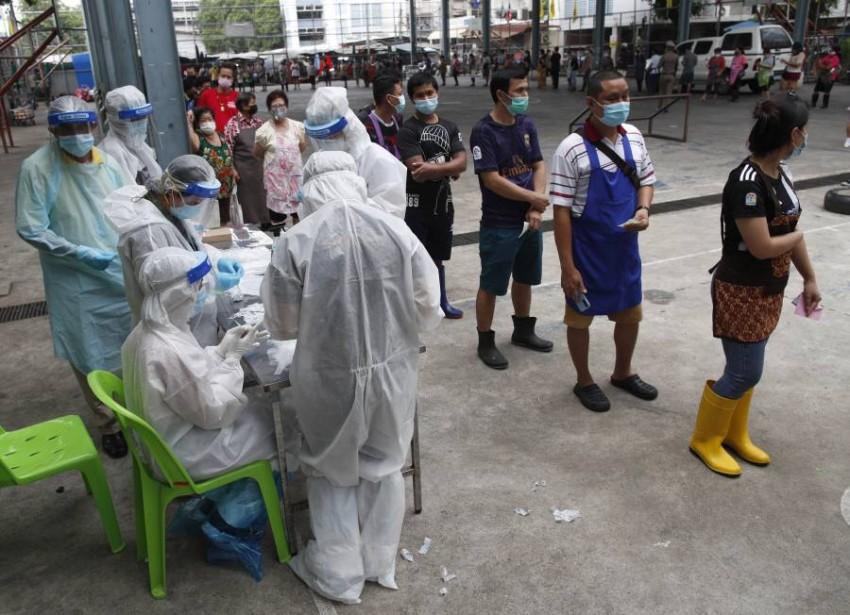 طابور لعمل مسحة كوفيد-19 في تايلاند. (إي بي أيه)