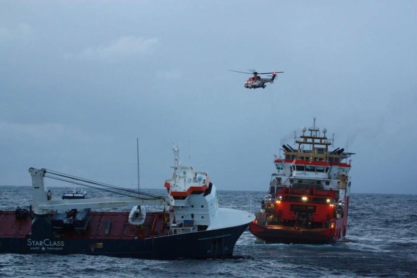 محاولات سحب السفينة «إمسليفت هندريكا». (إي بي أيه)