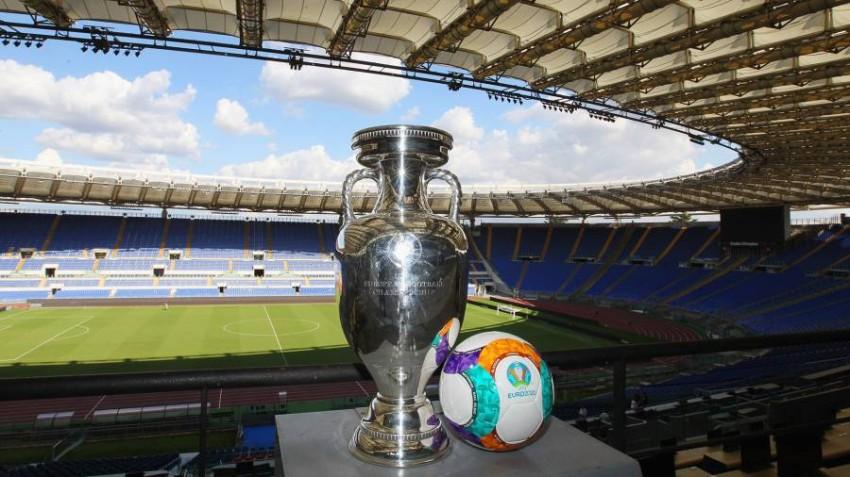 كأس وكرة يورو 2020 في ملعب الأولمبيكو بروما. (غيتي)