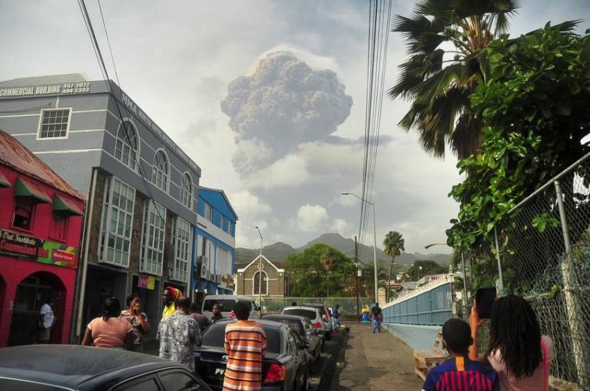 سكان مدن مجاورة يتابعون تصاعد الدخان من بركان «لا سوفرير». (رويترز)