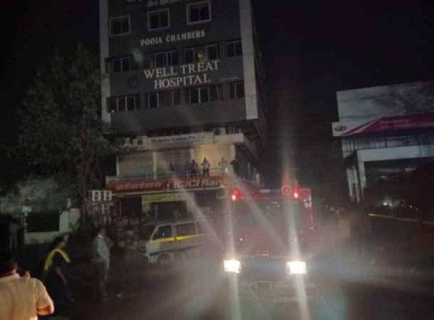 صورة تداولها نشطاء «تويتر» لسيارة إطفاء أمام مبنى المستشفى.