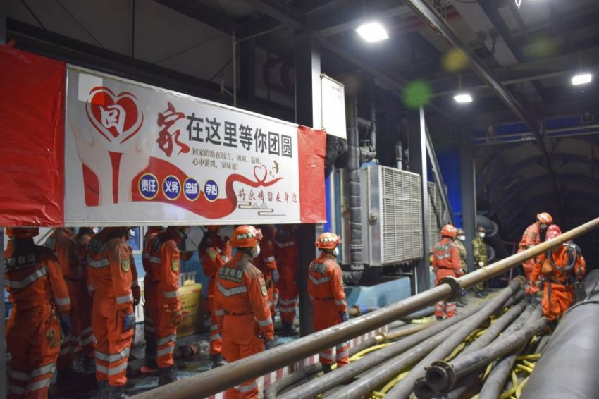 عمال إنقاذ عند مدخل المنجم. (أ ب)