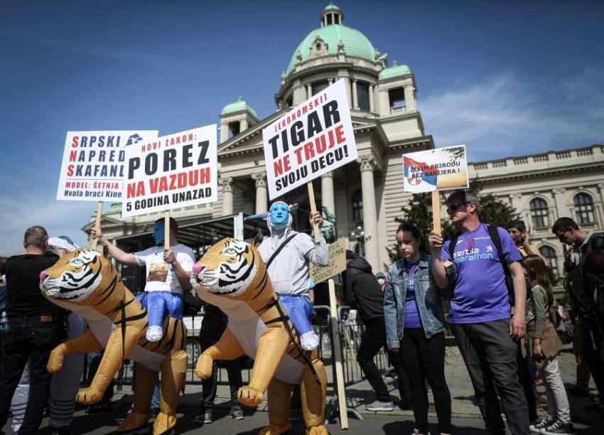 نشطاء البيئة يحتجون أمام البرلمان الصربي. (أ ف ب)