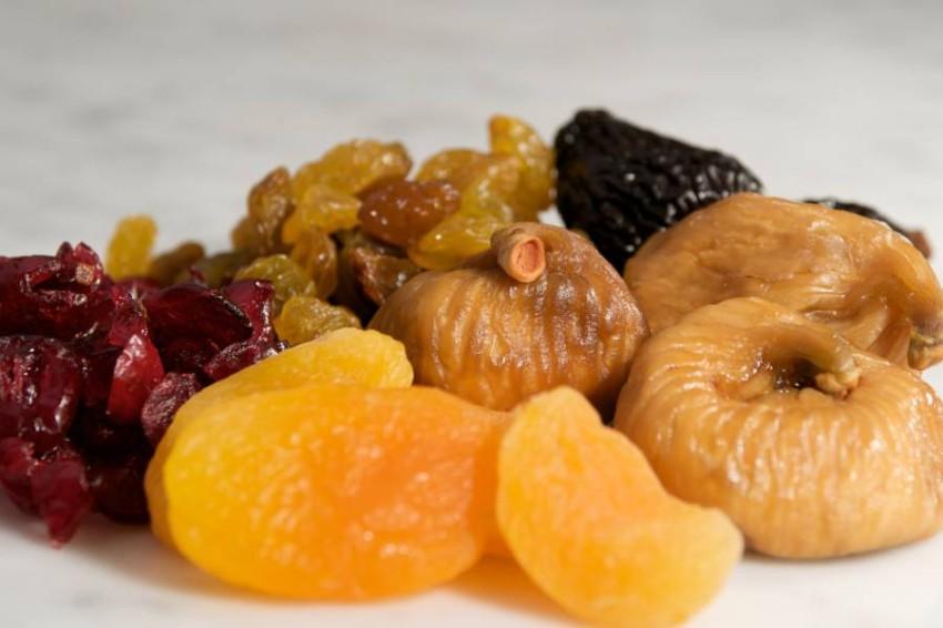 لا تكثر من الفواكه المجففة في رمضان