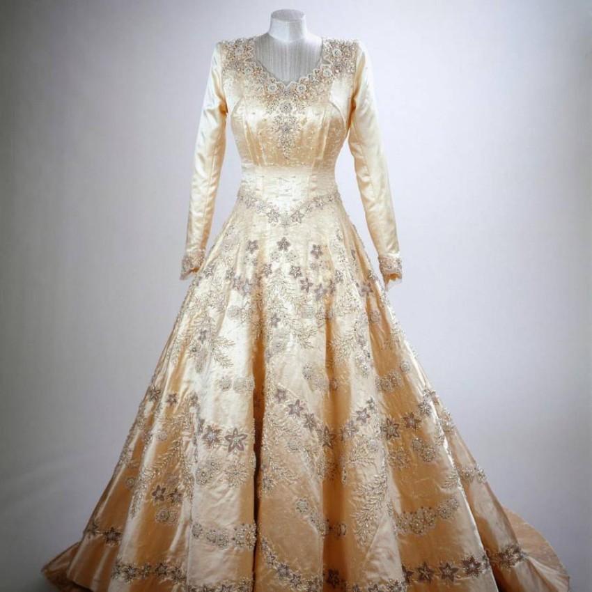 فستان زفاف الملكة إليزابيث الثانية.
