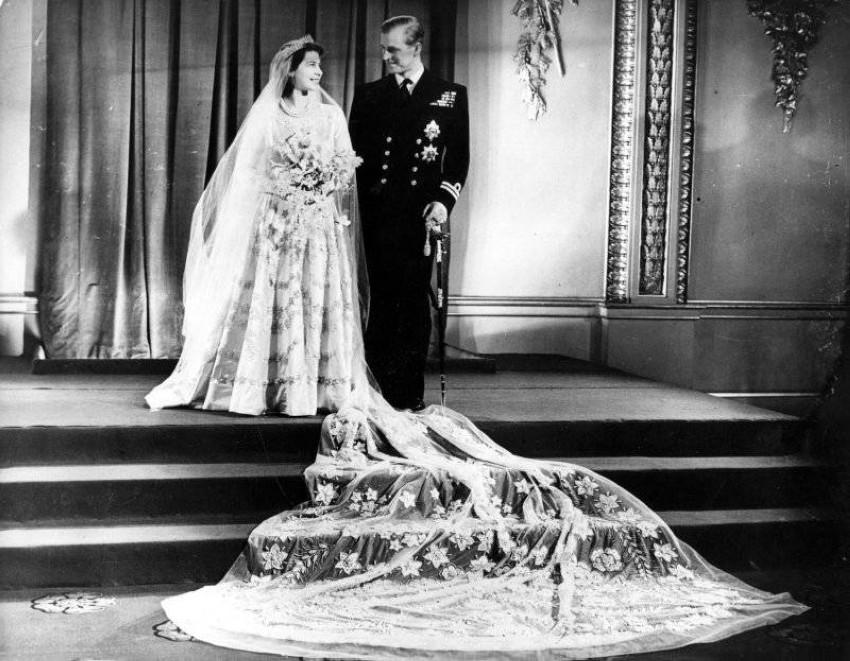 فستان زفاف الملكة إليزابيث على زوجها الراحل الأمير فيليب
