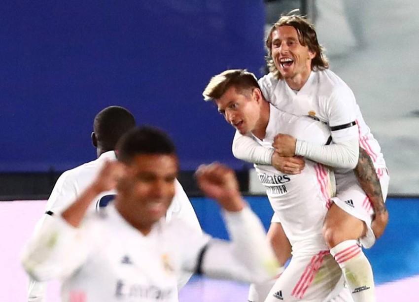 ريال مدريد وفرحة هدف في الكلاسيكو. (رويترز)