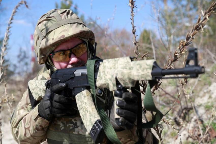 أحد أفراد القوات الأوكرانية. (رويترز)