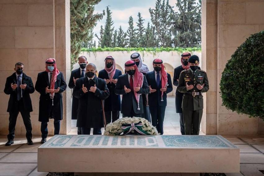 الملك عبدالله الثاني والأمير حمزة يقرآن الفاتحة على قبر الملك الراحل الحسين بن طلال. (أ ب)