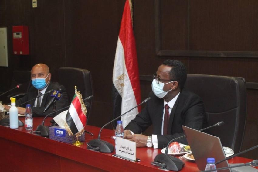 وزير النقل السوداني ونظيره المصري في الخرطوم. (الرؤية)