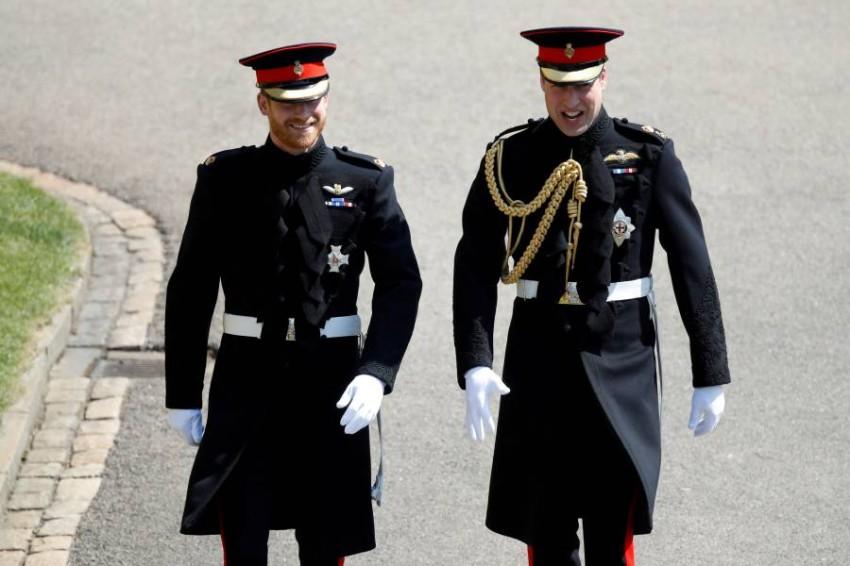 الأميرين وليام وهاري سيقفان كتفاً بكتف وسيسيران معاً خلف نعش الأمير فيليب - رويترز.