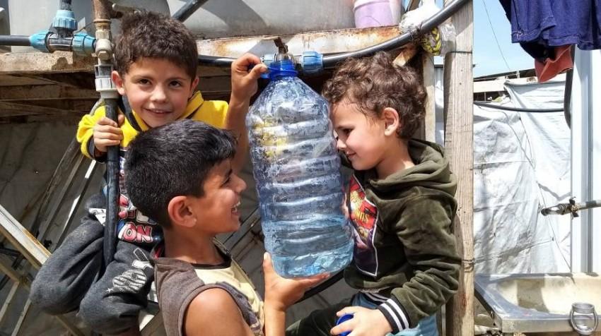 أطفال سوريون في مخيم للاجئين بعكار في لبنان. (رويترز)