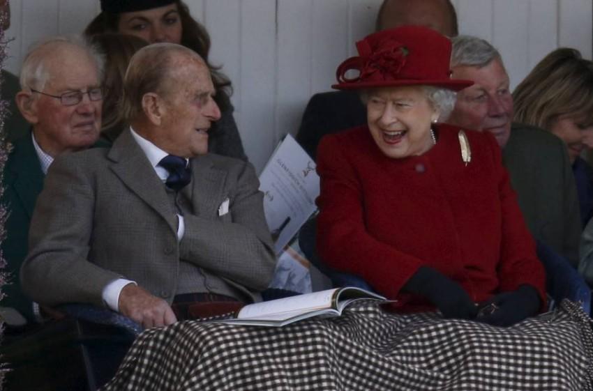 خبراء ملكيون يرفضون تكهنات تنحي الملكة - رويترز.