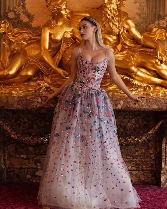 Maria Bakalova بفستان من جورجيو آرماني