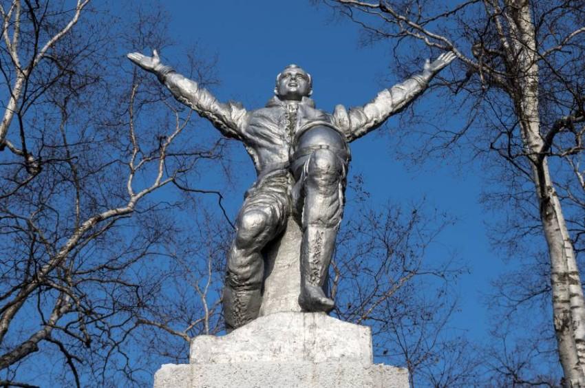 تمثال غاغارين.. أحد أبرز معالم جزيرة سخالين. (أ ب)