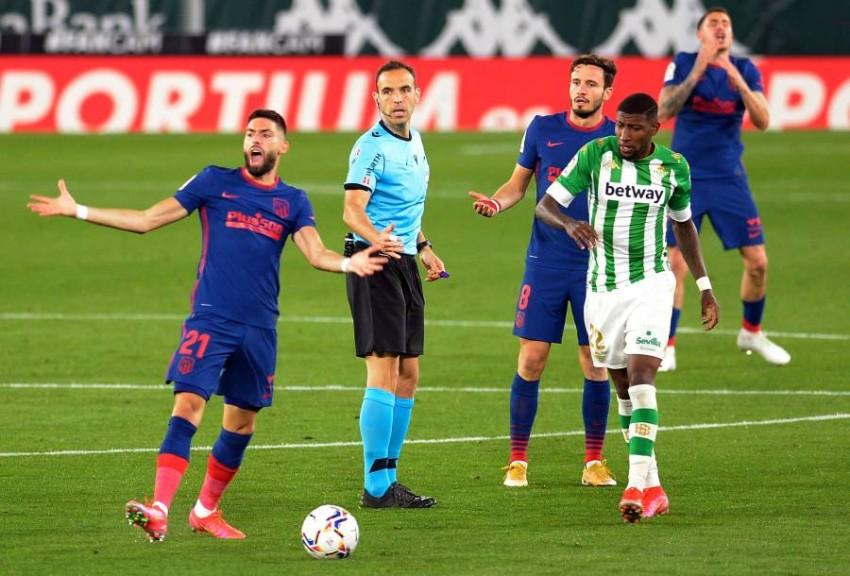من مباراة أتلتيكو مدريد وريال بيتيس. (AFP)