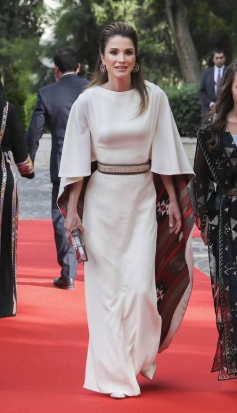 لمسة شرقية في أزياء الملكة رانيا