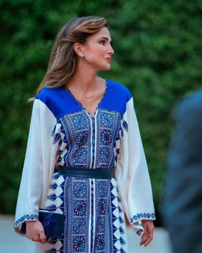 الملكة رانيا بثوب عربي في عيد الاستقلال العام الماضي