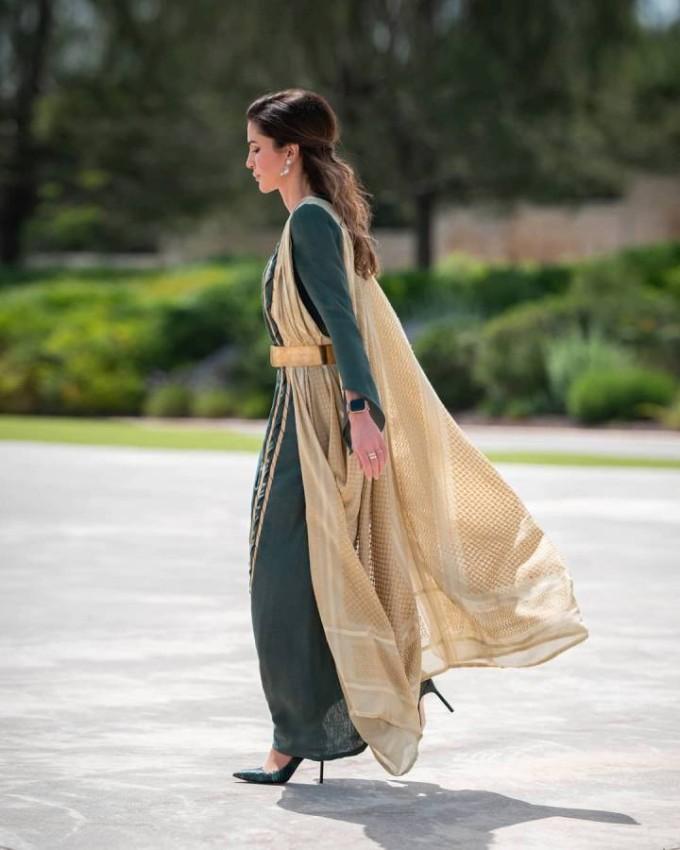 الملكة رانيا حريصة على اختيار الأزياء التراثية في العديد من المناسبات