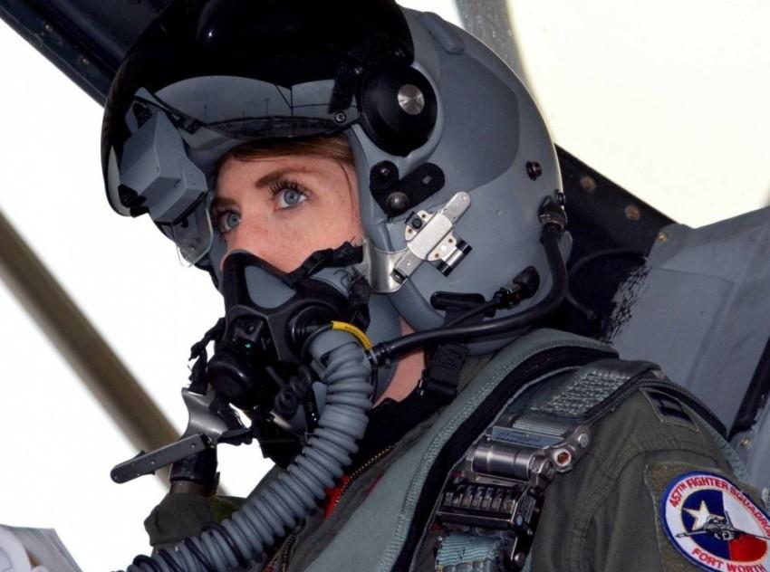 تسريحة الكعكة التي كانت معتمدة في السابق تعيق الطيار عن ارتداء الخوذة بالشكل الآمن - الرؤية.