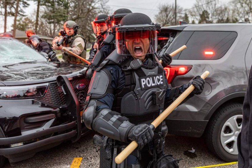 الشرطة تواجه احتجاجات في مينابوليس ضد عنصرية الضباط.(أ ف ب)