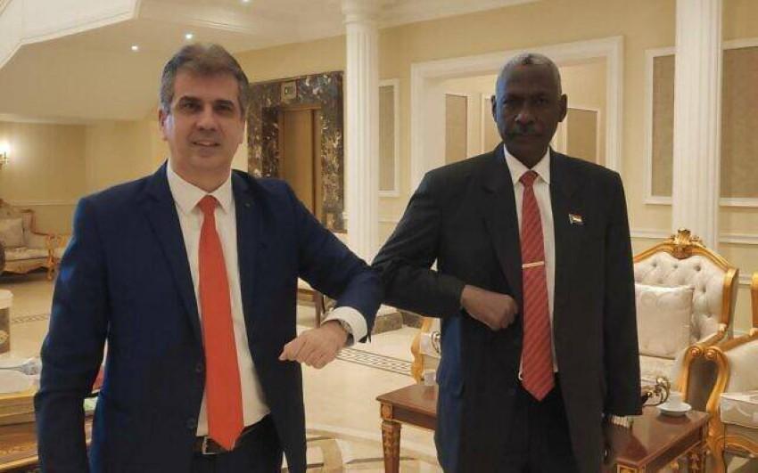وزير المخابرات الإسرائيلي إيلي كوهين يلتقي بوزير الدفاع السوداني في الخرطوم .(أرشيفية)