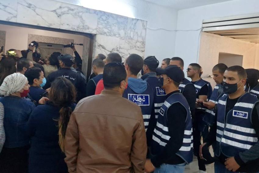 قوات الشرطة تحاول اقتحام مقر وكالة الأنباء.(رويترز)