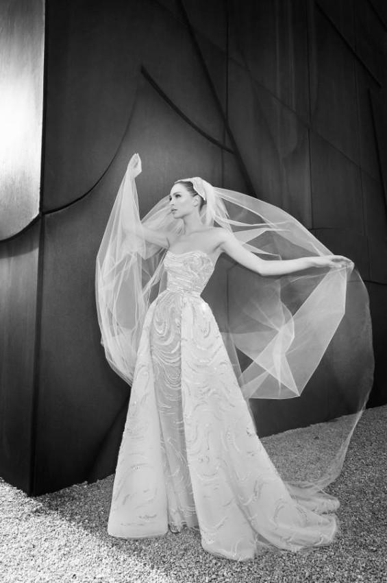 الفساتين بتصميم الـ Open Front الأيقونية للدار