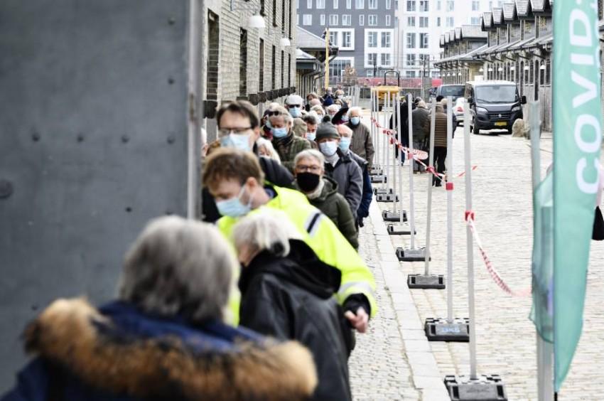 طابور في الدنمارك لتلقي لقاح كورونا. (إي بي أيه)