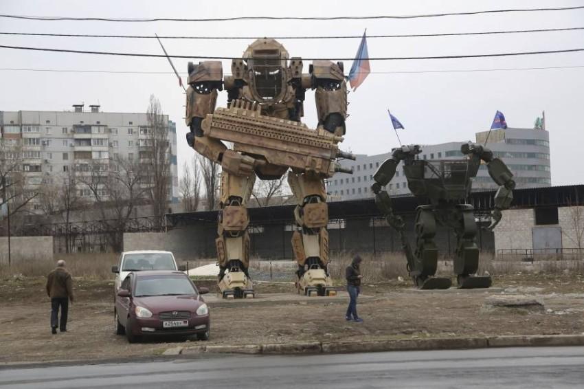 تمثالان لروبوت عملاق في شرق أوكرانيا التي يسيطر عليها الانفصاليون. (أ ب)