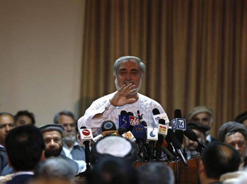 عبدالله عبدالله في مؤتمر صحفي. (رويترز)