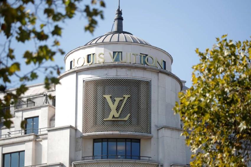 شعار علامة لويس فيتون في شارع الأليزيه في باريس. (أرشيفية)